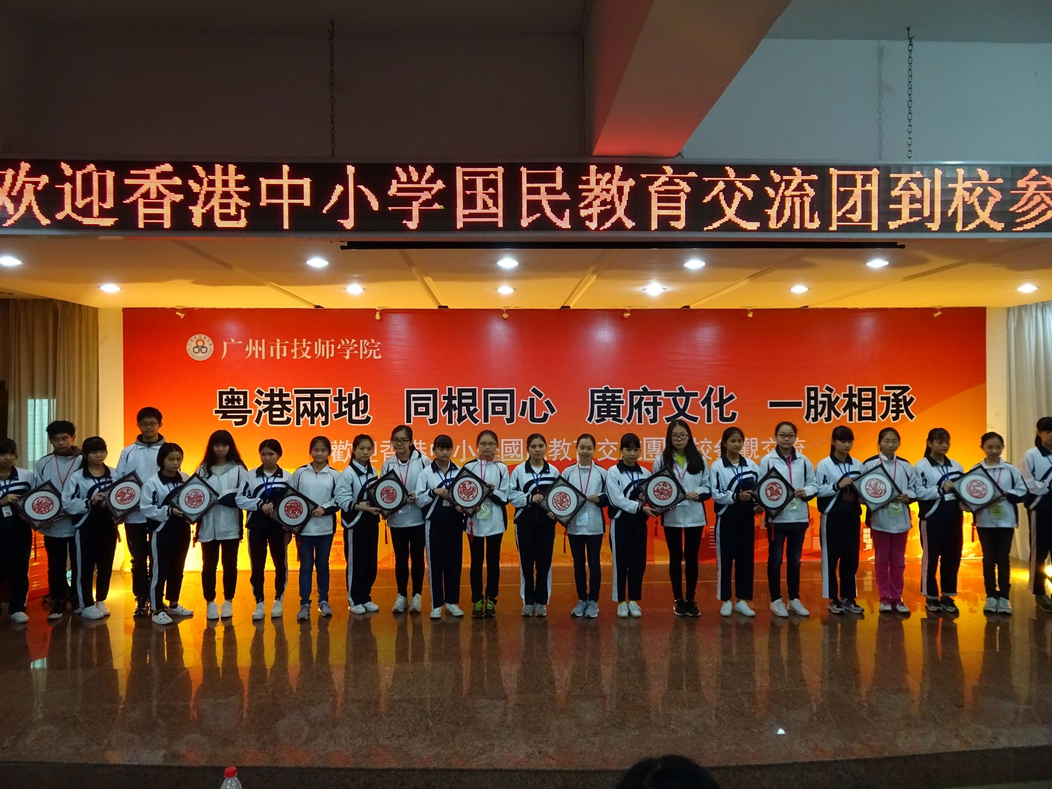 Students from Guangzhou represented their school to present the souvenir to our Form 2 students.