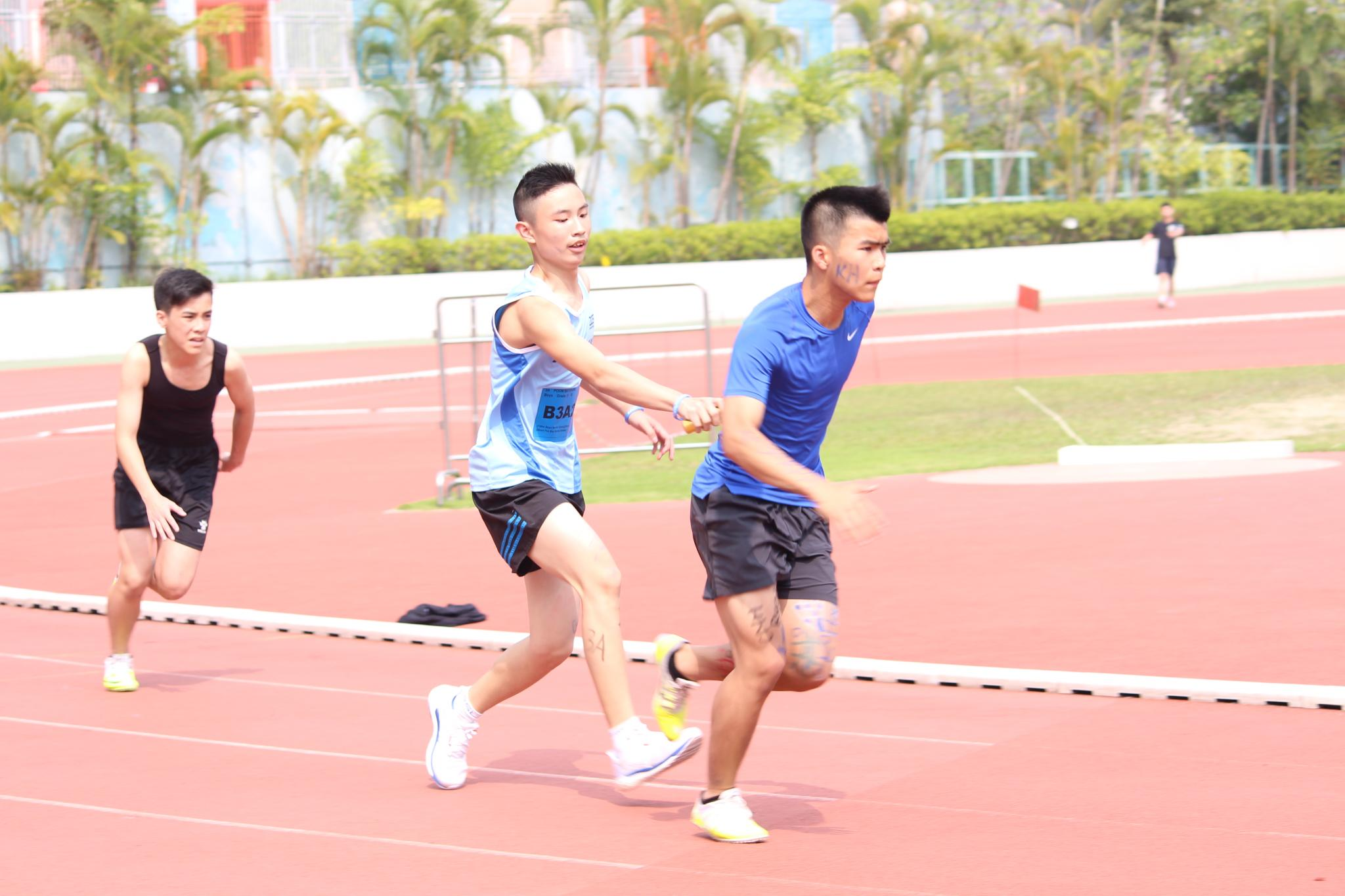 Students are racing for the 4 x 100 metres relay.
