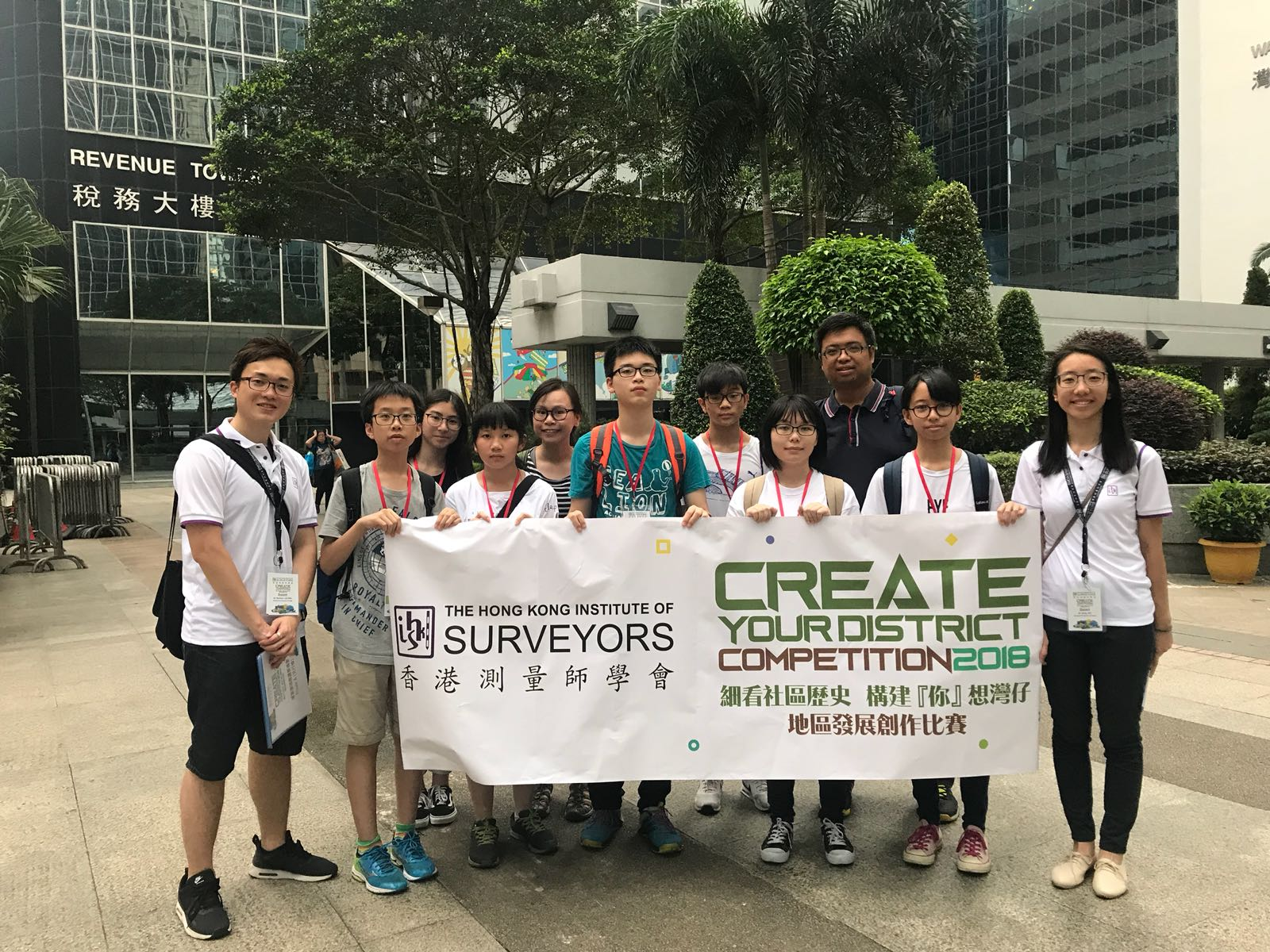 Students joined a guided tour led by a practising surveyor in order to know more about the urban planning in Wan Chai area.