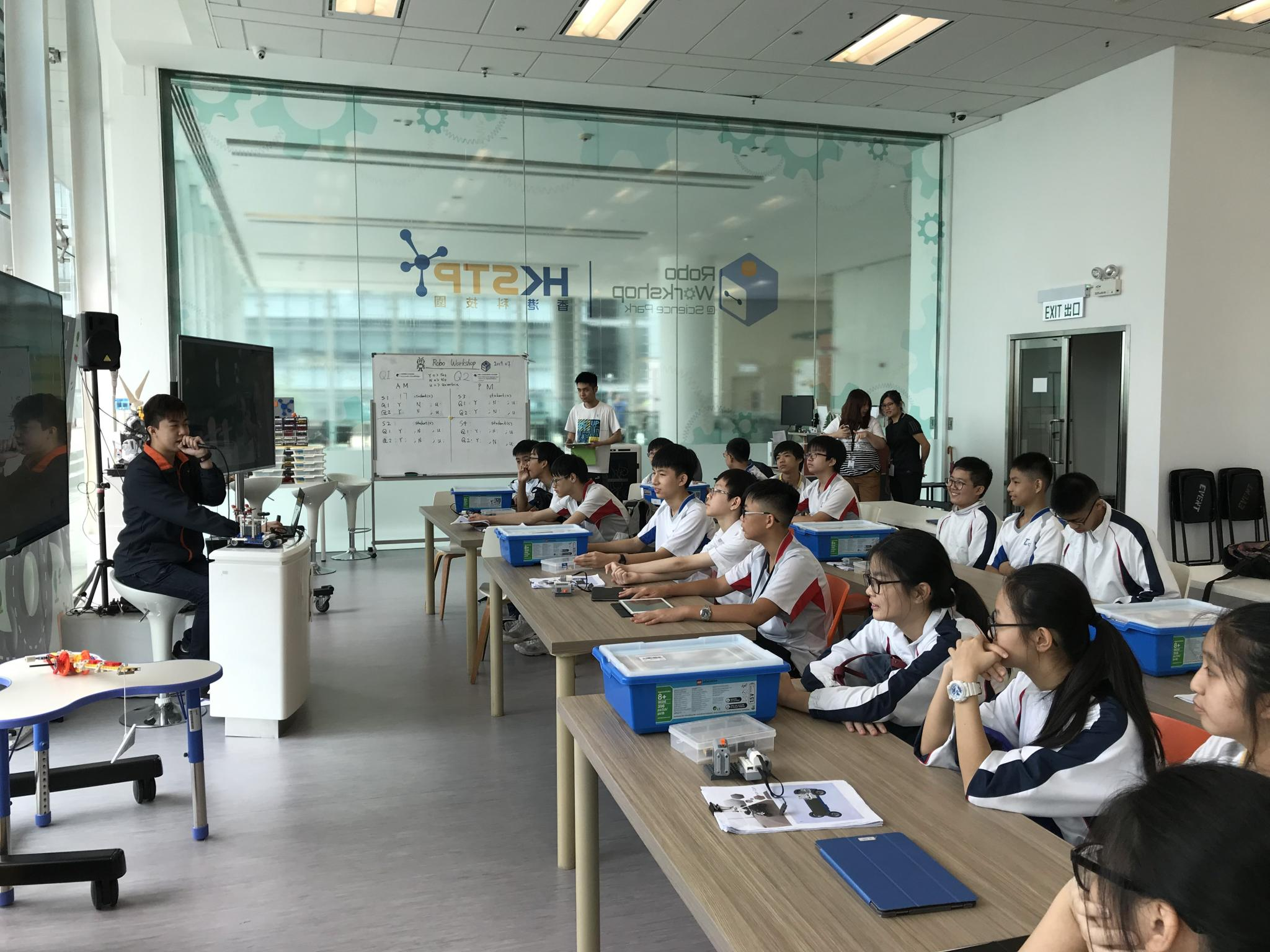 Students are learning about the scientific principle of engineering from the teacher in HKSTP.